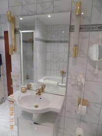 großes Bad mit Dusche,Badewanne,Fön