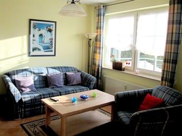 Wohnraum mit ausziehbarem Schlafsofa, Fenster: Ausblick Richtung Terasse