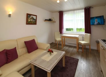 Wohnraum mit gemütlicher Sitzecke und Essbereich
