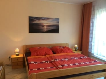 Schlafzimmer mit Doppelbett, Schrank