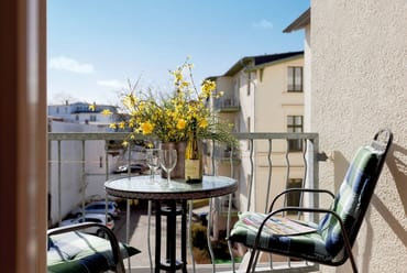 Auf dem sonnigen Balkon können Sie einen erlebnisreichen Urlaubstag bei einem Buch oder/und einem Glas Wein ausklingen lassen.
