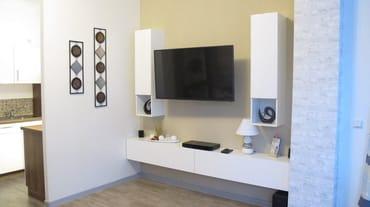Wohnzimmer - kleine Anbauwand mit Flat -TV sowie BlueRay-Plyer und Radio