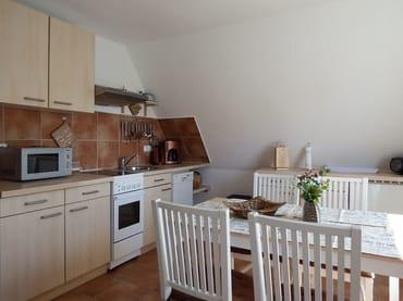 Küchenzeile / Essplatz mit großem Esstisch