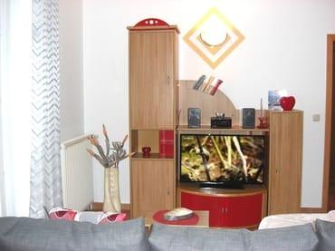 Wohnzimmer mit Anbauwand und großem Flachbildfernsehr