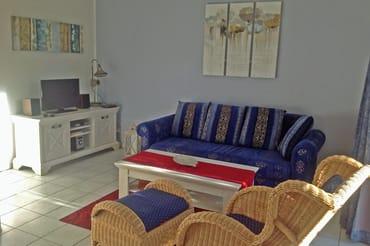 Der Wohnraum mit Sitzgruppe und TV
