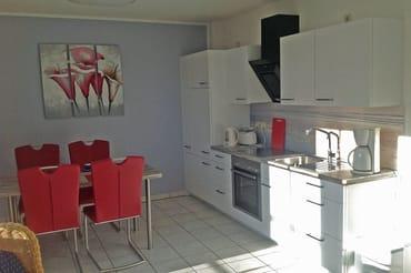 Der Esstisch mit Küchenzeile