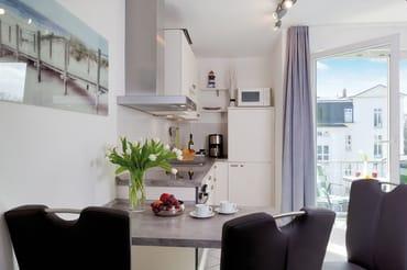 Die in  den Wohnbereich integrierte hochwertige und zugleich moderne Küchenzeile ist mit allem ausgestattet, was Sie für die Zubereitung Ihrer Lieblingsspeisen benötigen.