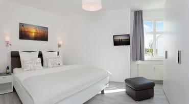 Das neue Schlafzimmer mit bequemen Doppelbett, Dank mit Bedacht ausgewählter Matratzen, großzügigem Kleiderschrank und Flat-TV lässt keine Wünsche für eine erholsame Nachtruhe zur Urlaubszeit offen.