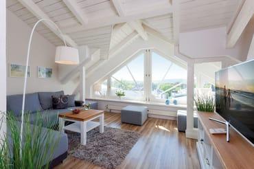 Das 4-Raum-Appartement befindet sich im Dachgeschoss, hat eine Größe von 85 qm und ist für bis zu 6 Personen das ideale Urlaubsdomizil. Highlight ist die große Fensterfront mit Blick auf die Ostsee...