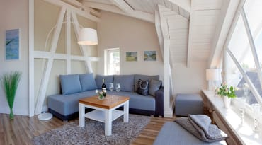 ... und über die Dächer Heringsdorfs. In dem großzügigen kombinierten Wohn- Koch und Essbereich wartet eine gemütliche Sitzecke mit TV, Blurayplayer uvm. zum Entspannen auf Sie,...