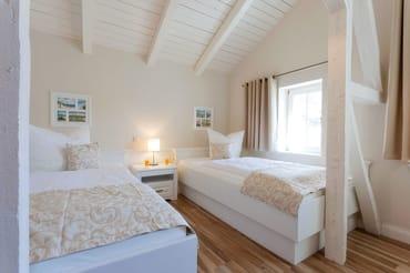 as andere Schlafzimmer überzeugt mit zwei XXL Einzelbetten (100x210) und TV sowie reichlich Stauraum für alle Habseligkeiten.
