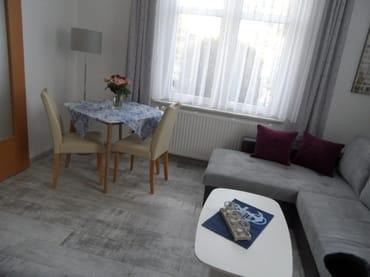 Blick ins Wohnzimmer mit Essecke
