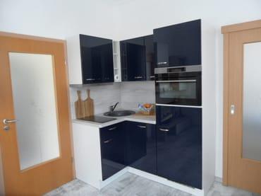 Blick ins Wohnzimmer auf die Küchenzeile
