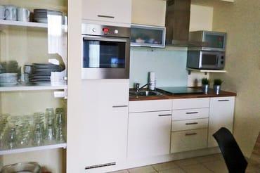 komplett eingerichteter Küchenbereich