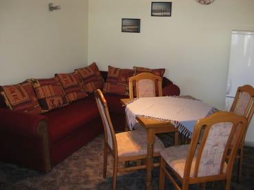 Wohnbereich mit Couch und Esstisch
