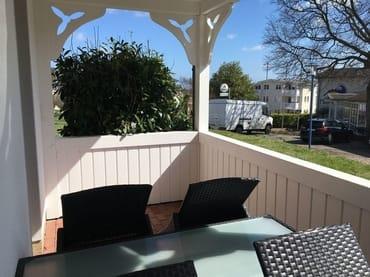 Balkon mit Bestuhlung und Tisch