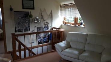 Wohnzimmer mit Treppenaufgang