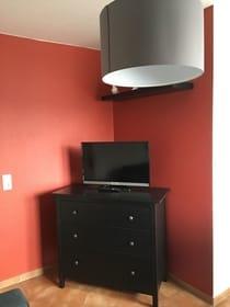 Komode mit Flachbildschirmfernseher