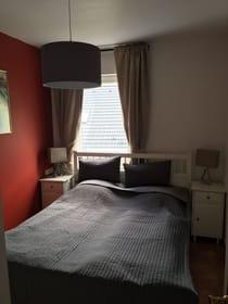 Blick in das Schlafzimmer mit Doppelbett
