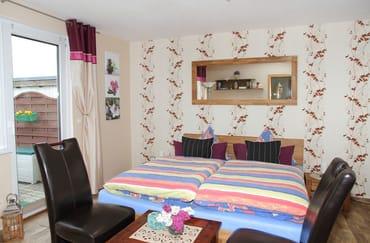 Wohn-Schlafraum mit Doppelbett