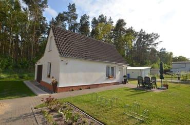Ferienhaus mit 2 SZ , WZ mit Küche, Bad und Diele sowie gr Terrasse, Grillen auf dem Grundstück kein Problem .