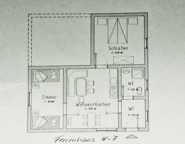 Grundriss Ferienhaus Nr 7/ 2 SZ /1 WZ mit Küche, Große Terrasse mit Tisch und Stühlen sowie Sonnenschirm , alles zu ebener Erde