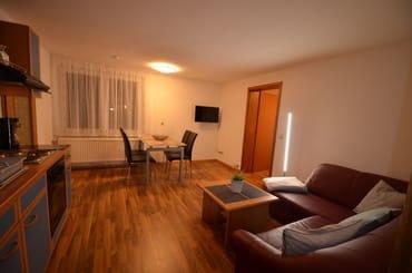 Blick vom SZ 1 in die Wohnunstube, mit Flachbild TV und Kostemlosen Internetzugang WLAN