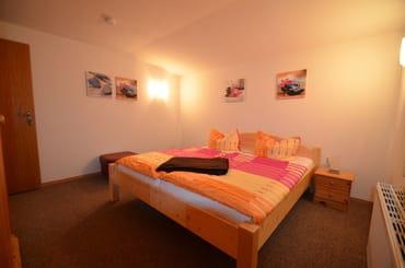 SZ mit gr. Doppelbett, Kinderbett auf anfrage möglich, Fliegengarge im Fenster, sehr ruhig gelegen