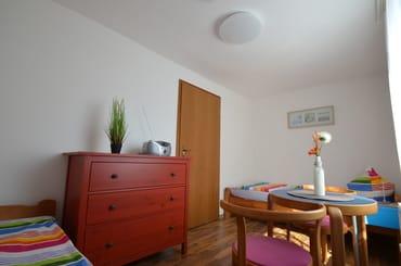 SZ oder Kinderzimmer mit 2 gr Betten , Verdunklungsvorhängen und auch hier Fliegengage im Fenster, sehr ruhig.