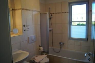Bad mit Wanne und Duschvorrichtung