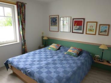 Das Doppelbett ist mit Federkernmatratzen ausgestattet.