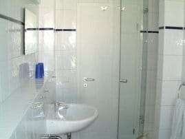 Helles, geräumiges Duschbad mit Zugang zum Balkon