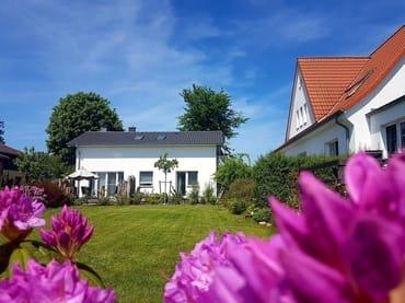 Blick vom Garten auf das Käptn's Hus