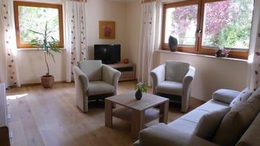 gemütlicher Wohnraum mit großem Sat/TV und mit Blick in den großen Garten