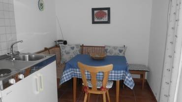 Küche mit gemütlichem Essplatz und Glastür zur Terrasse und großen Garten