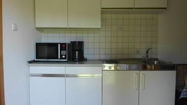 Küchenzeile mit Kaffeem., Wasserkocher, Toaster, guter Mikrowelle mit Grill und Heißluft