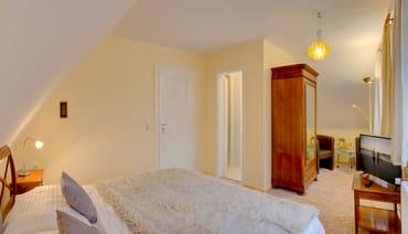 Rechts befindet sich ein weiteres separates Schlafzimmer mit Doppelbett (180x200cm) und Leseecke, ...