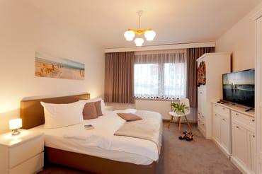 ... sich zwei Schlafzimmer mit Doppelbett (1x 200x200cm / 1x 180x200cm und Flat-TV) ...