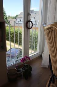 Wohnzimmer mit Blick aus Fenster zum Parkplatz