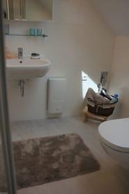 Badezimmer mit Waschbecken und Toilette