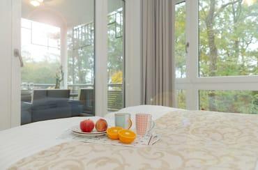 In diesem Fall sind die Betten bei Anreise für Sie liebevoll bezogen, ein Duschtuch+ein Handtuch liegen für Sie bereit. Ein Hauch von Meerblick erhaschen Sie vom Wohn- und Schlafbereich.