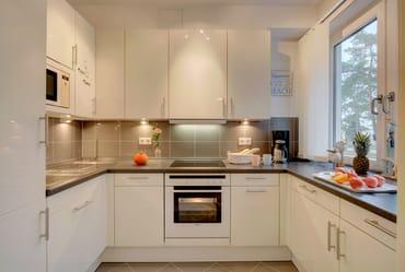 ... bietet alle Raffinessen (Backofen, Kühlschrank mit Gefrierfach, Geschirrspüler, Mikrowelle, Wasserkocher, ...
