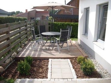 Außensitzplatz für vier Personen incl. Sonnenschirm