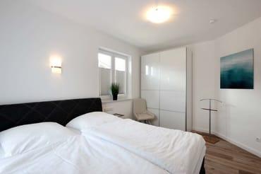 2. Schlafzimmer mit Boxspringbett