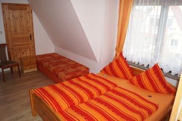 Schlafbereich mit Doppelbett und Liege