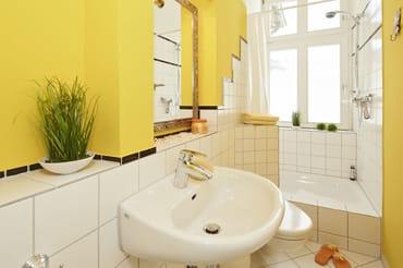 Das Badezimmer ist schmal gehalten – mit WC, Dusche und einem Haarfön können Sie erfrischt in den neuen Urlaubstag starten.