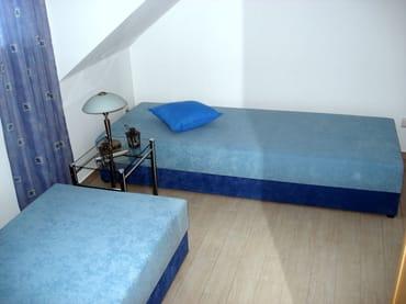 Im zweiten Schlafzimmer finden zwei bequeme Liegen mit Bettkasten, sowie ein Kleiderschrank Platz.