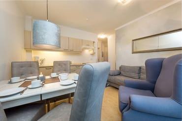 Der Blick vom Eßbereich in das Wohnzimmer. Auf der Couch kann für 1 Kind bis max. 5 Jahre aufgebettet werden (ohne Aufpreis).