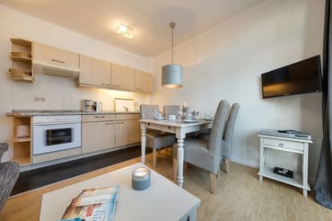 Die Küchenzeile bietet Ihnen Backofen, 4-Plattenherd, Kühlschrank mit Gefrierfach, Wasserkocher, Kaffeemaschine und Toaster.