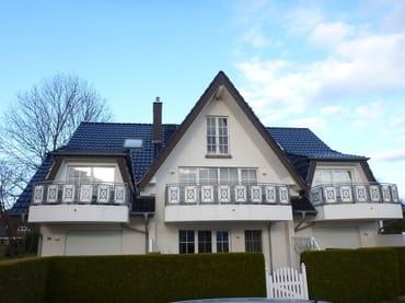Hausansicht, Störtebekerstrasse 13, Fewo Sunshine linker Balkon, Parkplatz vor dem Haus